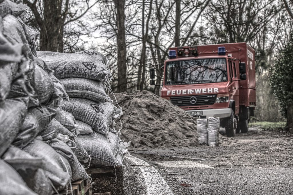 Schutz vor überfluteten Kellern durch Sandsäcke