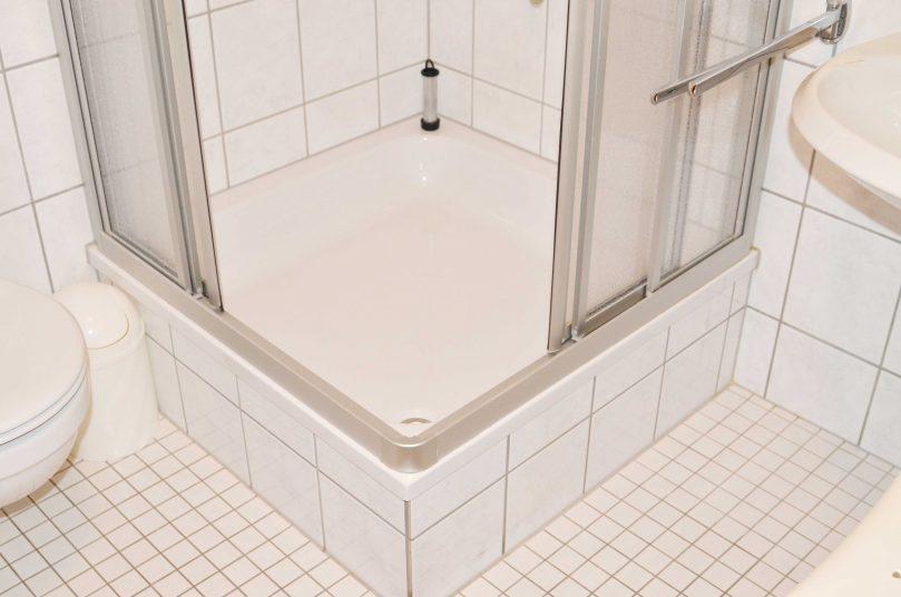 Der Albtraum der 70er - Dusche mit hohem Duscheinstieg